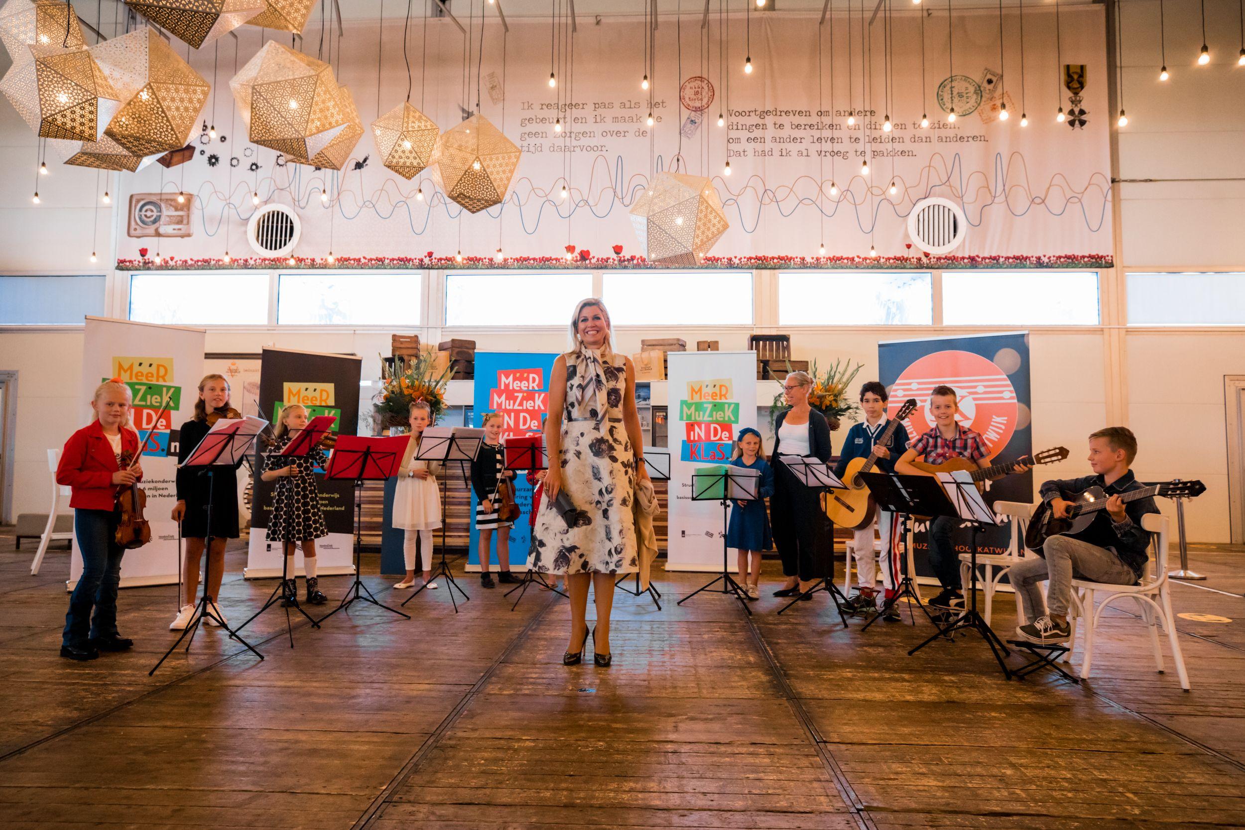 ©Set Vexy - Koningin Máxima met de Katwijkse muziekantjes in de foyer van de TheaterHangaar