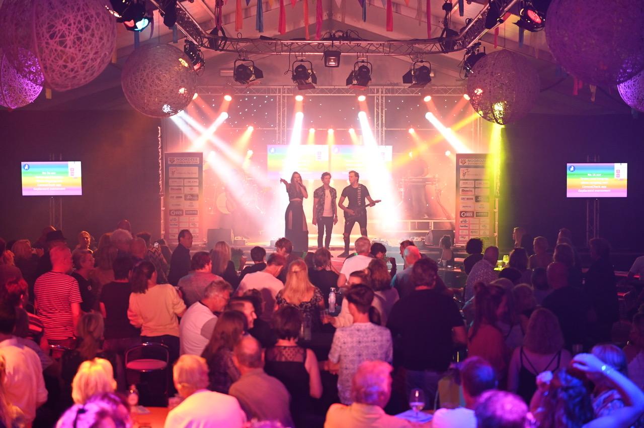 Foto van het Noordzee Zomerfestival genomen van achter uit de feesttent